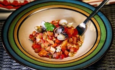 Saladinha fria de tomate, chouriço e berbigão